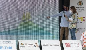 Oscar Cabedo explica el recorrido del 73 Gran Premio de Vila-real de ciclismo a Mónica Benavent